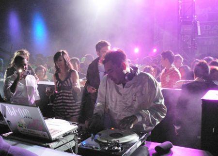 DJ_AM_Coach_party_Hong
